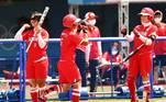Yu Yamamoto comemora um home run em partida entre Japão e Austrália no softbol