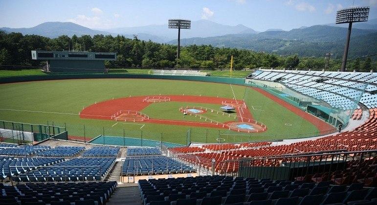 """Estádio de beisebol de Azuma (Fukushima) : O nordeste do país, principal região afetada em 2011 pelo terremoto, tsunami e acidente nuclear de Fukushima, foi associado simbolicamente ao projeto olímpico, chamado de """"Jogos da Reconstrução"""" pelo governo.  Os torneios olímpicos de beisebol, esporte muito popular no Japão, e softbol acontecerão no estádio de Azuma, na cidade de Fukushima"""
