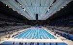 Centro Aquático : Esta sede imponente da baía de Tóquio, com capacidade para 15.000 espectadores, receberá as provas de natação, nado sincronizado e saltos ornamentais.  Uma de suas peculiaridades é que tem uma parede modular que permite transformar sua piscina principal de 50 metros em duas piscinas separadas de 25 metros cada. A profundidade das piscinas também pode ser alterada.  Depois dos Jogos, a instalação receberá outras competições e também será aberta ao público.
