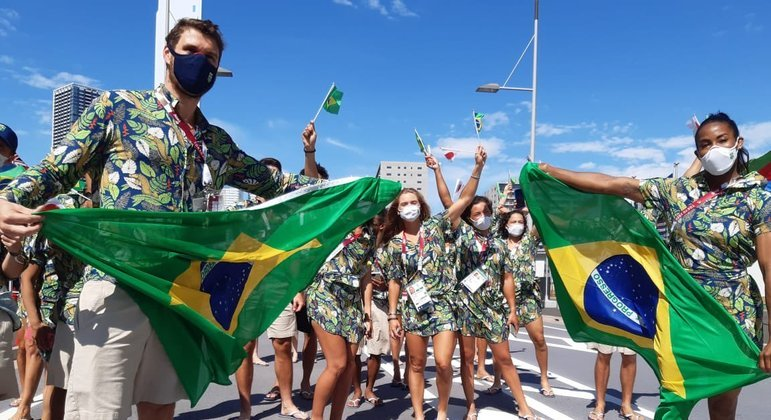 Bruninho e Ketleyn Quadros levaram bandeiras do Brasil