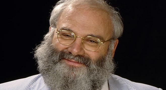 Oliver Sacks com a versão francesa do livro 'Tempo de Despertar', que mais tarde viraria filme