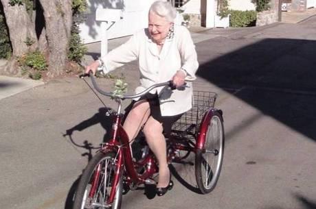 Olivia de Havilland anda de bicicleta aos 103 anos