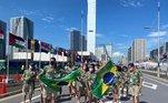 Bruninho e Ketleyn Quadros levaram a bandeira do Brasil no desfile pela Vila Olímpica