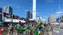 De fora da abertura, atletas do Brasil fazem desfile na Vila Olímpica