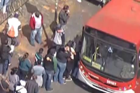 Filas e aglomeração nos pontos de ônibus em BH