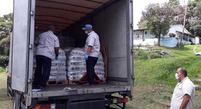 ONG de São Paulo recebe doação de ração para alimentar os resgatados