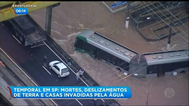 O helicóptero da Record TV flagrou o momento em que um ônibus, com passageiros dentro, ficou ilhado na região do Sacomã