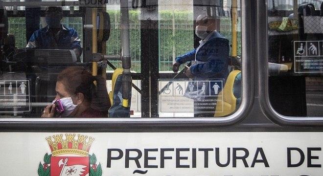 Passageiros são obrigados a usar máscaras em ônibus de SP