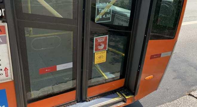 Sinalização de que o ônibus tem catraca equipada com tecnologia NFC