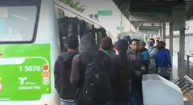 Terminais em SP tem aglomeração de passageiros mesmo em quarentena