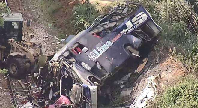 Veículo caiu de uma altura de 15 metros, na BR-381 em João Monlevade
