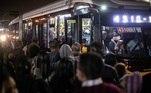 Passageiros se aglomeram para embarcar em ônibus próximo à Estação do Metrô Itaquera