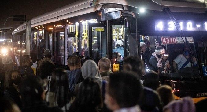 Passageiros se aglomeram para embarcar em ônibus em Itaquera