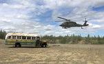 Operação da Guarda Nacional do Alasca retira ônibus onde aventureiro Christopher McCandless, do livro Na Natureza Selvagem, morreu