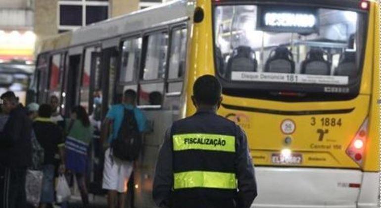 Ônibus da SPTrans levam população de rua a centros de acolhida de São Paulo