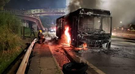 Veículo ficou completamente destruído após incêndio