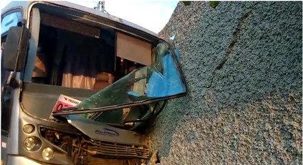 Ônibus atravessou portão da casa na Grande BH