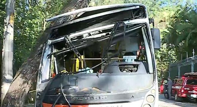 Ônibus atingiu árvore inclinada sobre a via e 11 pessoas ficaram feridas