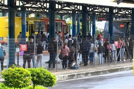 Aglomeração nas estações de ônibus de BH são comuns