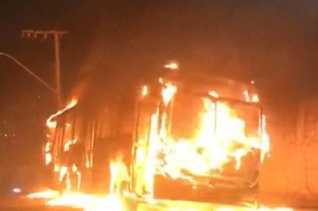 Ônibus são incendiados na Grande BH
