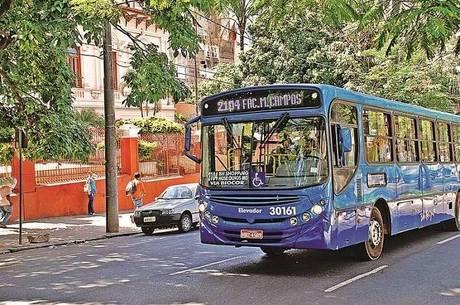 Ônibus estão sendo limpos ao final de cada viagem