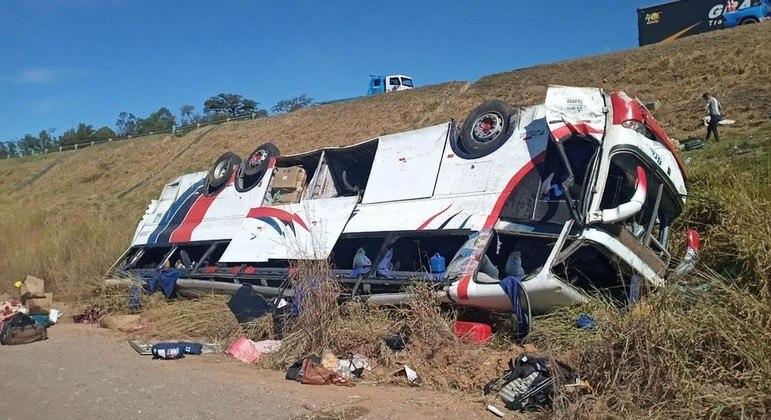 Ônibus caiu de ribanceira, deixando passageiros mortos e feridos