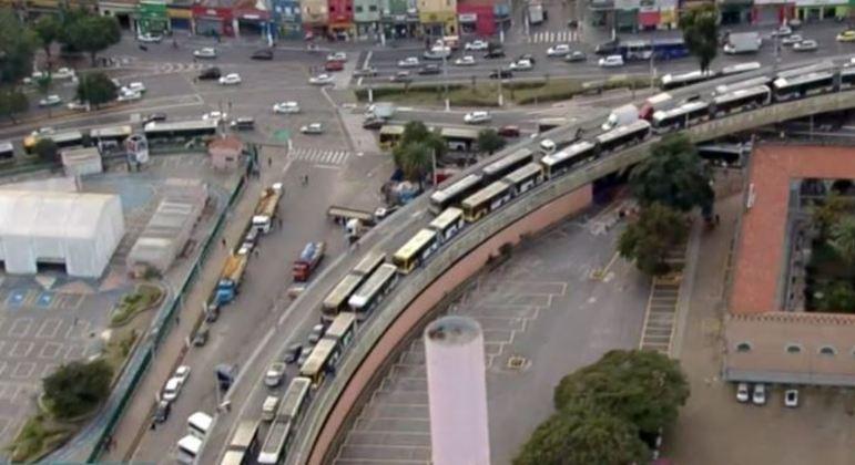 Ônibus param no viaduto Diário Popular, no centro de SP, após terem pneus furados