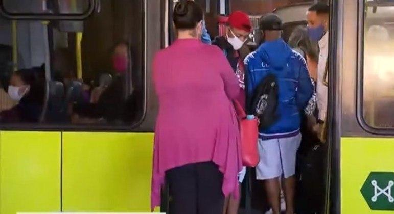 Usuários reclamam de ônibus cheios em Belo Horizonte