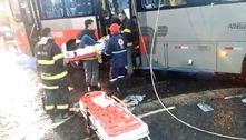 Ônibus colide em poste na zona leste de SP e três ficam feridos