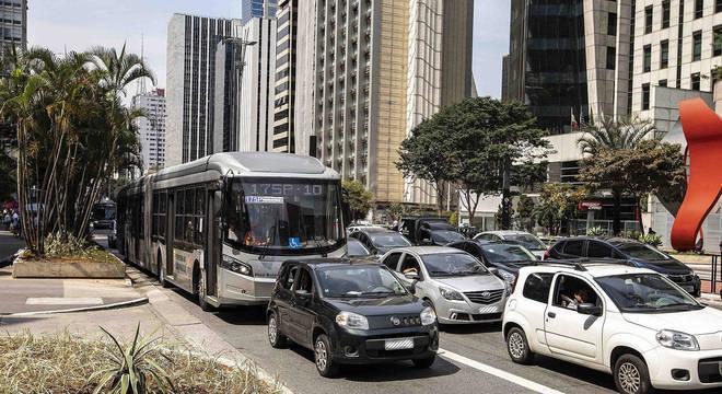 Ônibus com velocidade reduzida atrás de carro de app em manhã de trânsito