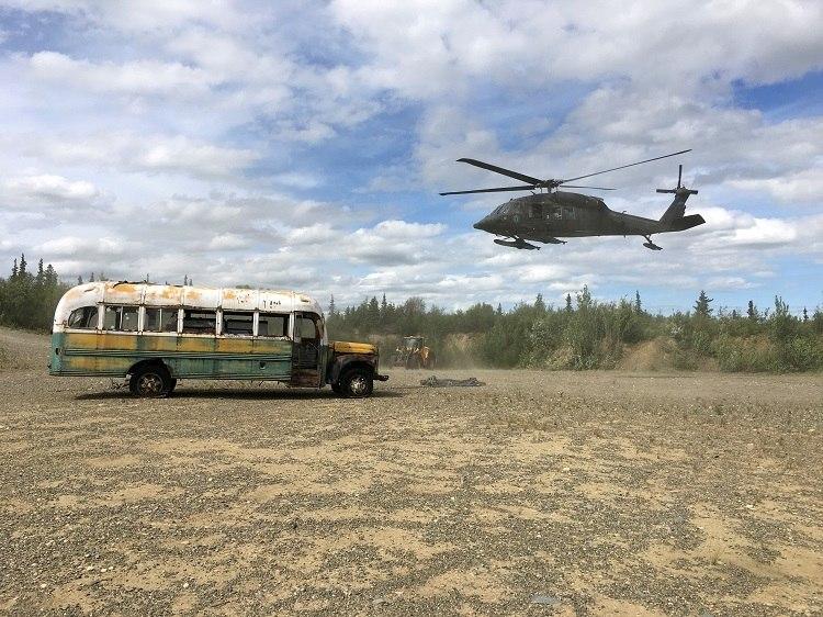 Helicóptero do Exército do Alasca sobrevoa ônibus de 'Na Natureza Selvagem'