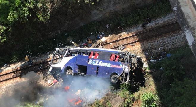Ônibus de viagem cai de ponte de 15 metros em João Monlevade (MG) -  Notícias - R7 Minas Gerais