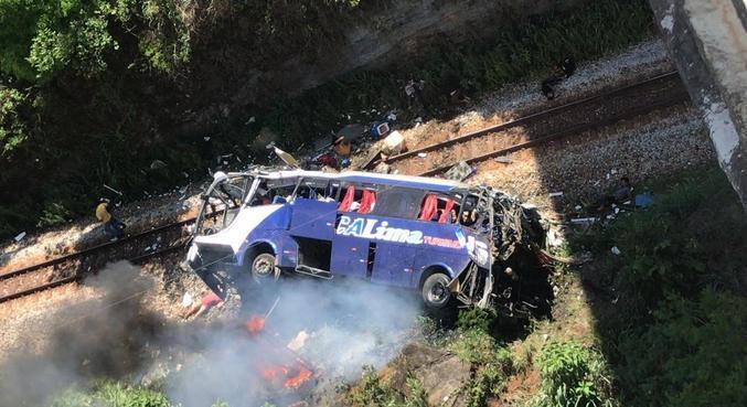 Ônibus despenca de ponte em João Monlevade (MG). Dezenove pessoas morreram