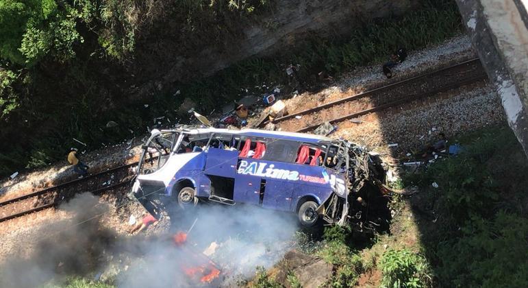 Ônibus que transportava 48 pessoas caiu de ponte de 30 metros de altura