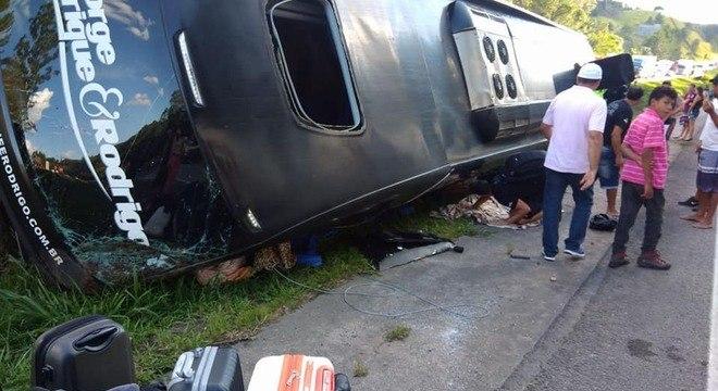 Ônibus da dupla George Henrique e Rodrigo tomba após acidente com uma moto