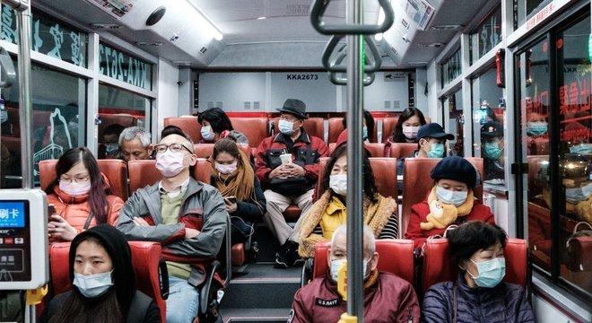 As taxas de mortalidade permaneceram baixas em países que reabriram, mas ainda usam máscaras
