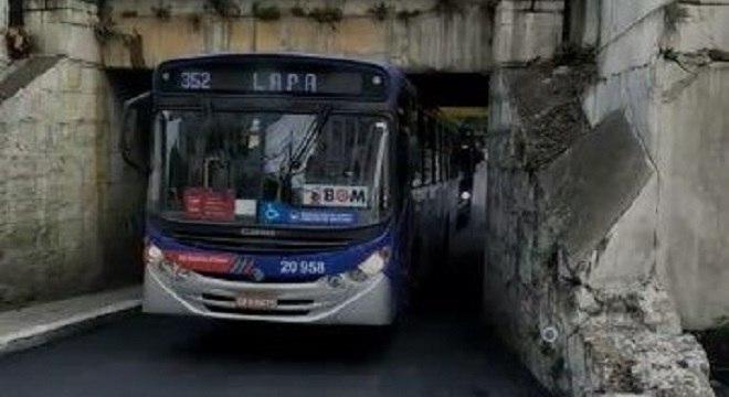 Via da acesso ao bairro da Lapa e passa sob a linha 8-Diamante da CPTM