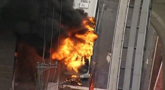 Ônibus pegou fogo na avenida Sapopemba, na zona leste de São Paulo
