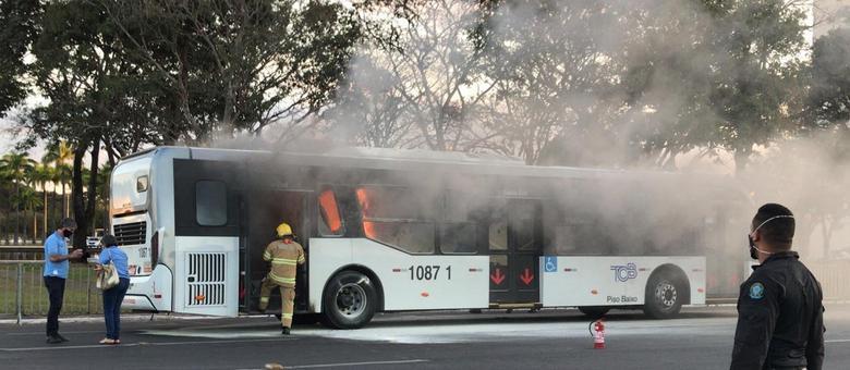 Equipes do Corpo de Bombeiros extinguiram as chamas. Ninguém ficou ferido