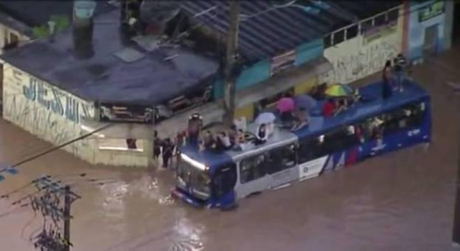 Usuários sobem em teto de coletivo para escapar de enchente na Grande SP