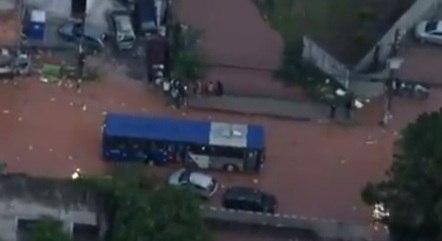 Ônibus ilhado na chuva na zona oeste de São Paulo