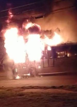 Moradores atearam fogo a ônibus em protesto contra assassinato de jovem negro