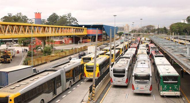Mais 1.000 ônibus foram colocados em circulação na cidade nesta segunda