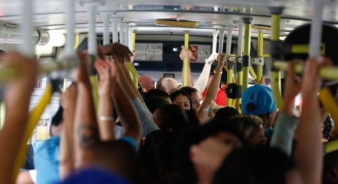 Passageiros lotam linha 4210 que faz o percurso até Cidade Tiradentes, na zona leste de SP