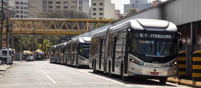 Ônibus na região central de São Paulo; velocidade dos coletivos caiu em 2019