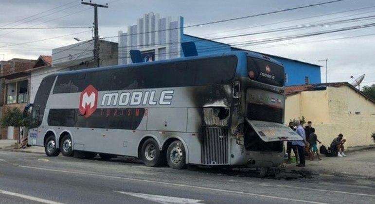 Ônibus ficou bastante danificado após o incêndio