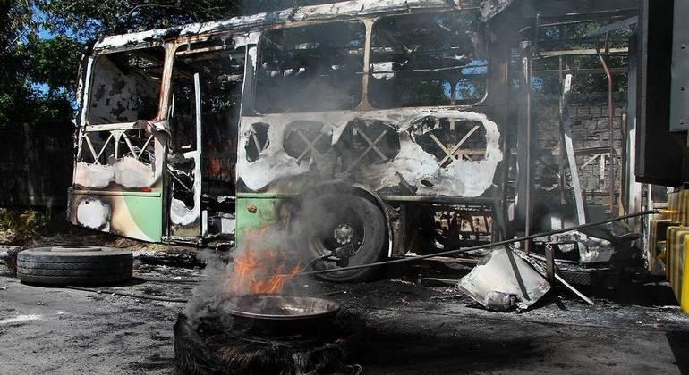 Governo do Amazonas cria comitê após incêndio em ônibus e depredações