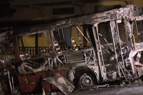 Veículo ficou completamente destruído pelo fogo