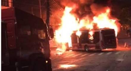 Moradores incendeiam ônibus no Capão Redondo