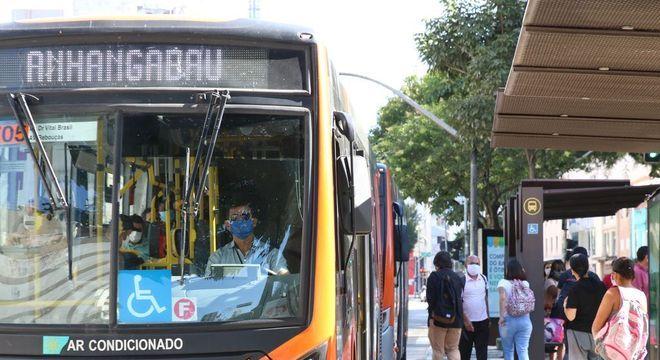 Prefeito já ameaçou demitir secretário de transportes por ônibus cheios